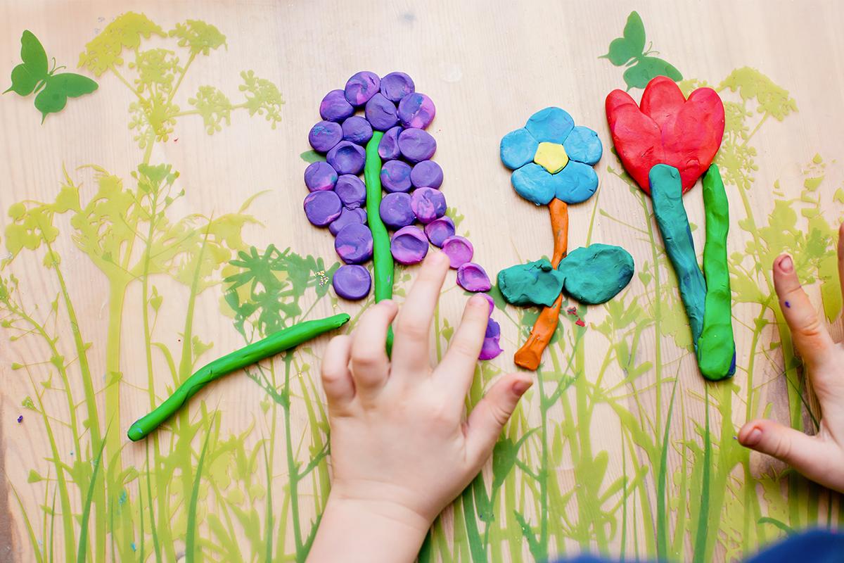 Obrazce kytek složené z plastelíny