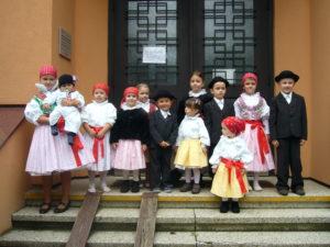 Děti oblečené v krojích